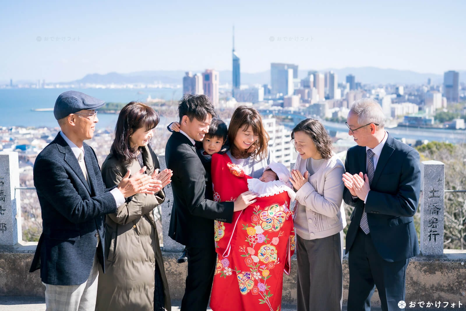 愛宕神社で福岡タワーと一緒に家族写真