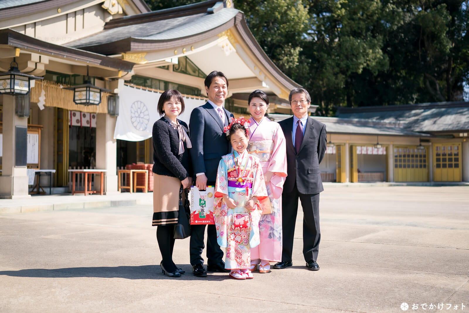 護国神社で七五三の家族写真