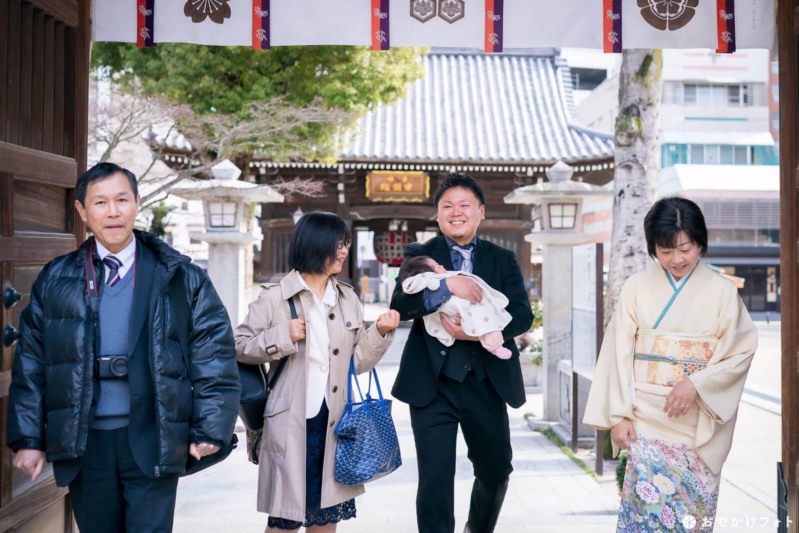 櫛田神社でお宮参り写真のロケーションフォト出張撮影