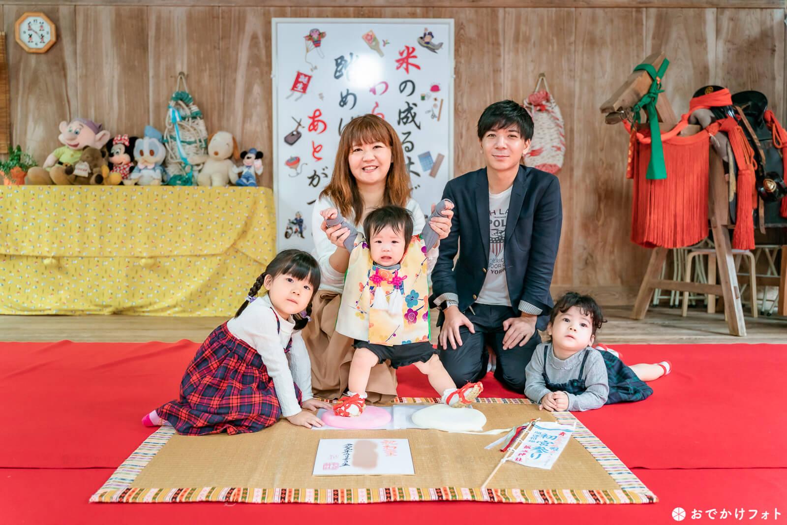 飯盛神社で初誕生祝いのお餅ふみ